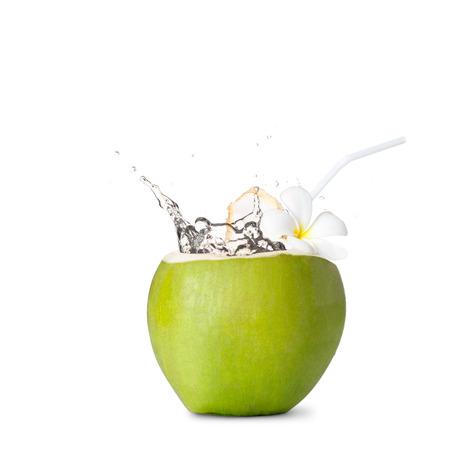 gocce di acqua: Noce di cocco verde con spruzzi d'acqua, isolato su bianco