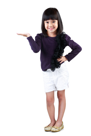 Piccola ragazza asiatica con le mani vuote, isolato su bianco Archivio Fotografico - 26772778