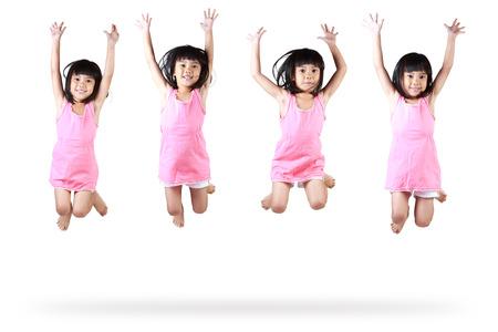 niños bailando: Niña saltando asiático, aislado más de blanco
