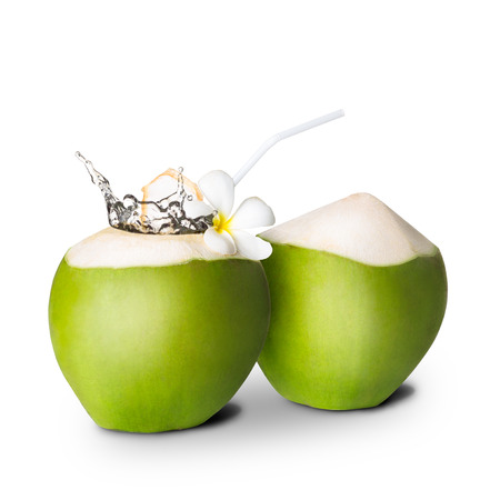 jugo verde: Coco verde con salpicaduras de agua, aislado más de blanco
