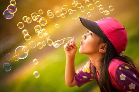 bulles de savon: Asie petite fille souffle des bulles de savon un Banque d'images