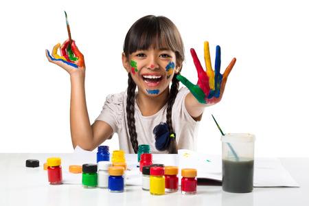 작은 아시아 소녀 그리기 페인트, 흰색 통해 격리 됨