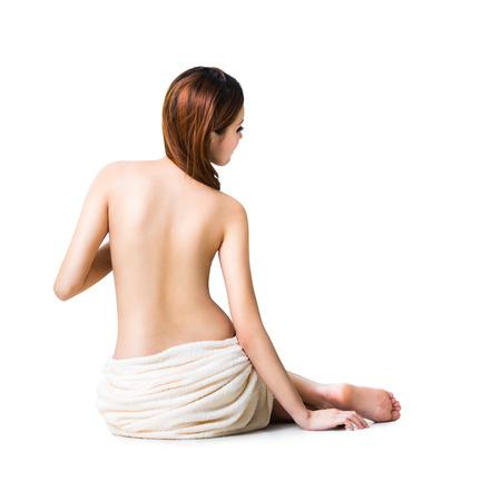 mujer desnuda sentada: Asiático toalla que llevaba la mujer sentada en el suelo la vista atrás, aislado más de blanco Foto de archivo