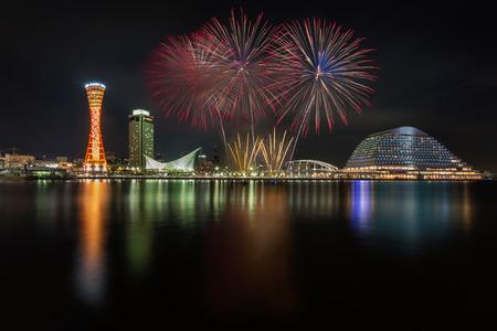 오사카 일본 밤 고베 포트를 통해 축하 불꽃 놀이