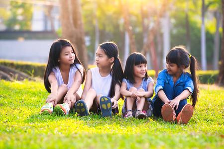 Cuatro feliz sonriente niño jugando en el parque, retrato al aire libre