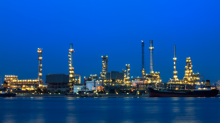 Nightview of Oil refinery factory Imagens
