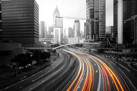 medios de transporte: Rastros de la luz de los coches en movimiento borroso en carretera de Hong Kong China