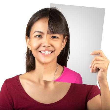 Studio portret van jonge moeder te vergelijken haar gezicht met haar dochter foto Stockfoto