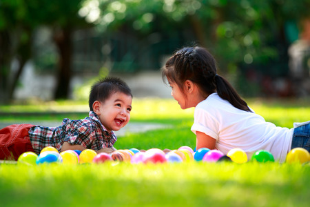 2 人の子供、大きな妹と彼女の弟はグリーンを置くこと 写真素材