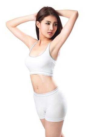 白で分離されたクローズ アップ若いアジアのスポーティな女性