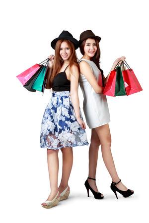 chicas comprando: Hermosas chicas adolescentes asiáticas con bolsas de compras aisladas sobre blanco Foto de archivo