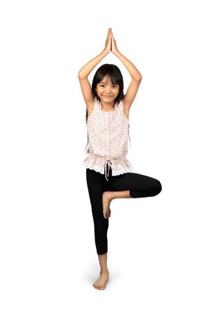 enfant qui joue: Petits asiatiques fille faisant des exercices de yoga isolé sur blanc