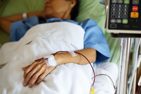 クローズ アップ患者の手の病院で輸血を示す