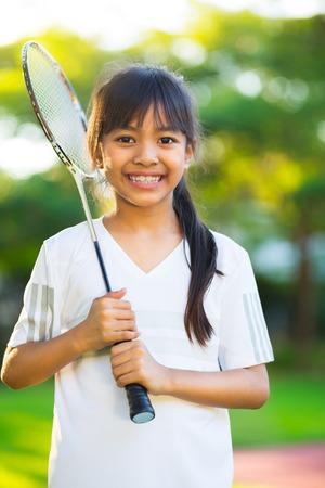 mignonne petite fille: Gros plan mignonne petite fille asiatique tenant une raquette de badminton