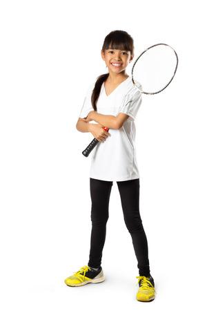 バドミントンと小さなアジアの女の子が白で分離します。