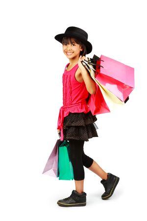 niños de compras: Pequeña muchacha asiática con bolsas de la compra, aislado en blanco