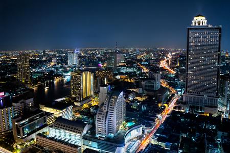 nacht: Bangkok Stadtbild Geschäftsviertel mit einem hohen Gebäude in der Abenddämmerung, Bangkok Thailand