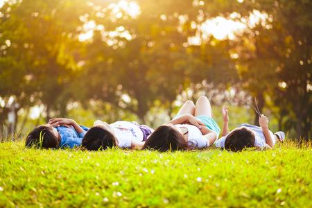 Enfants pose sur l'herbe dans le parc