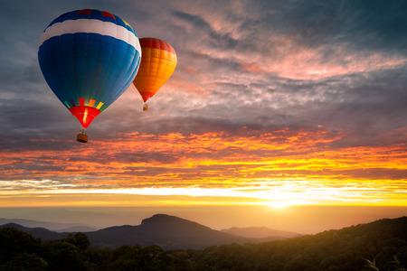 カラフルな熱気球山上空を飛行