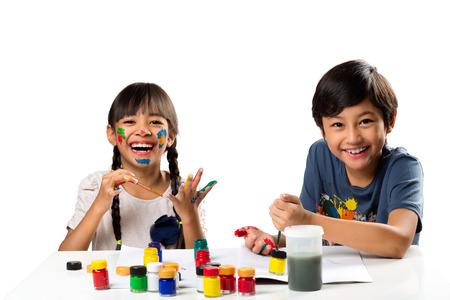 白で分離された水の色とテーブルの引き分けで小さな子供たち笑顔 2 写真素材