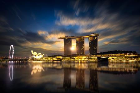 arena: Hermoso amanecer en la bahía del puerto deportivo, Singapur Editorial