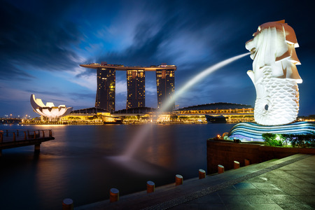 Merlion fontein en Marina Bay in de ochtend, Singapore Redactioneel