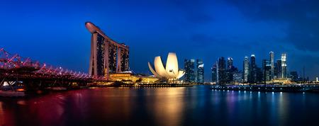 arena: Marina Bay Sands y el puente de la hélice en el crepúsculo, la ciudad de Singapur