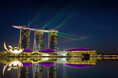 arena: Hermoso espectáculo de láser en la línea de costa de Marina Bay en Singapur Editorial