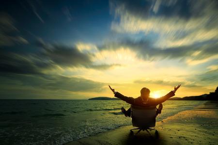 empleados trabajando: Relajante hombre de negocios sentado en la playa, Éxito en concepto de negocio