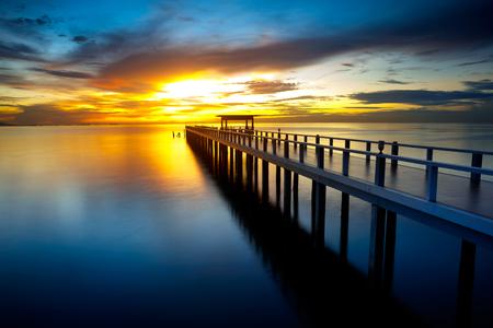 夕日で海に橋 写真素材