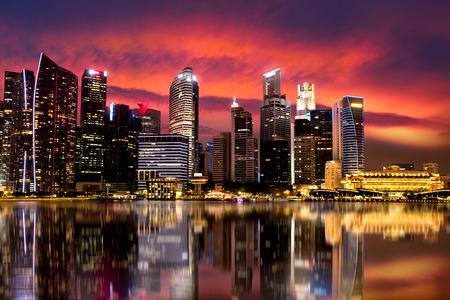 arena: Edificio con la reflexión, Singapur rascacielos en la bahía del puerto deportivo. Marina Bay es uno de los más famosa atracción turística en Singapur