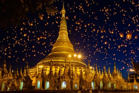 空、ミャンマー ヤンゴンの larntern にシュエダゴン パゴダ 写真素材