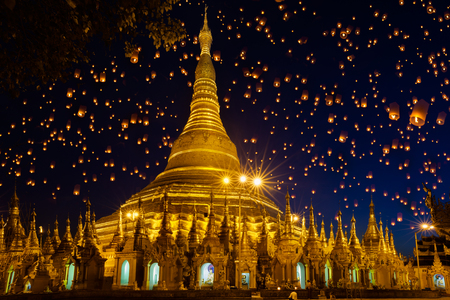 Shwedagon pagoda with larntern in the sky, Yangon Myanmar Reklamní fotografie