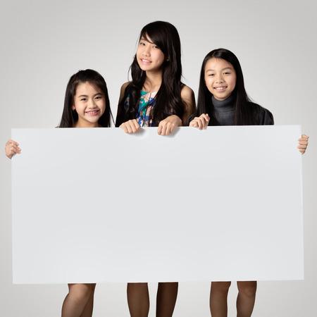 show bill: Grupo de niños que muestran tablero de cartel en blanco para escribir sobre