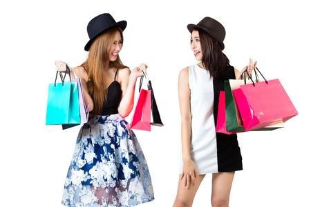 Mooie Aziatische tienermeisjes met boodschappentassen, geïsoleerd over white Stockfoto