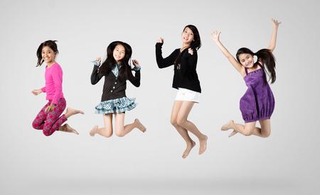 Groep kinderen springen, geïsoleerd op grijze achtergrond
