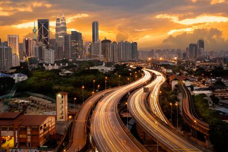 Kuala Lumper skyline in de avond, Maleisië Stockfoto