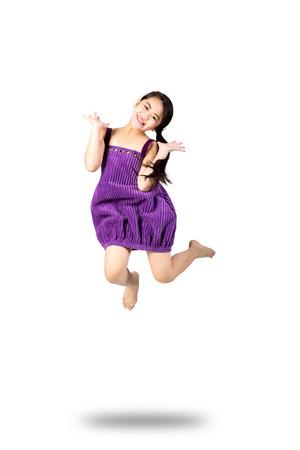 saltando: La niña salta, aislado en blanco