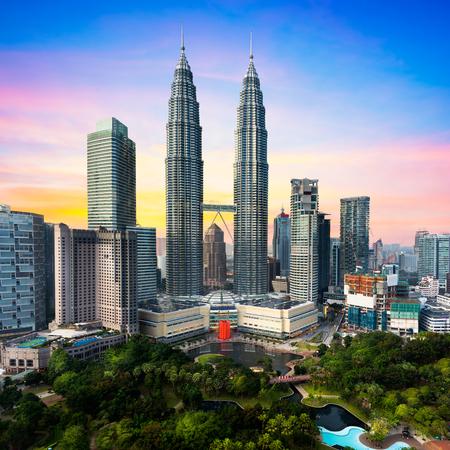 Widok z góry na panoramę Kuala Lumper o zmierzchu