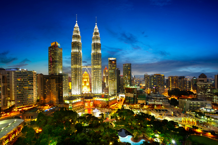 gemelas: Vista superior de Kuala horizonte lumper en el crepúsculo Editorial