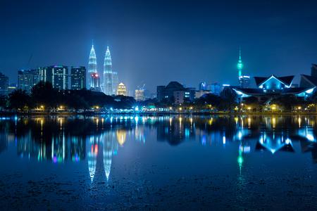 水の反射とクアラルンプール市内の夜景