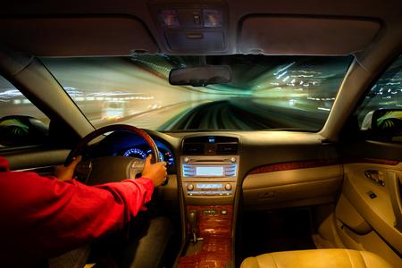 Nachtansicht Straße von innen Auto Tageslicht Straße und anderen Autos ist Bewegung verwischt