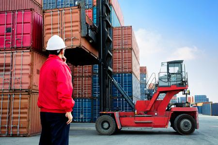 Controllo casella di carico contenitori Foreman dalla nave merci Cargo Archivio Fotografico - 55488140