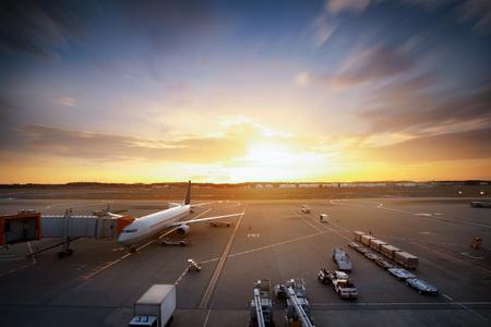 窓から見る空港で飛行機に貨物をロードします。