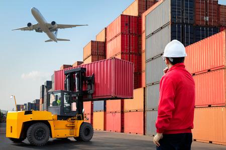 職長管理貨物貨物船からコンテナーのボックスをロード