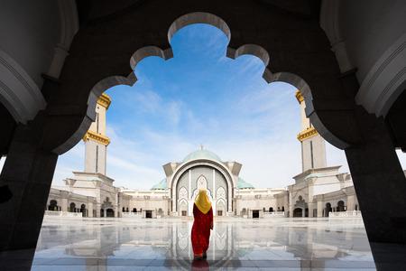 Maleisië Moskee met moslims bidden in Maleisië Stockfoto - 57374674