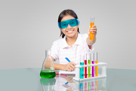 experimento: Niña asiática está haciendo experimentos científicos educación