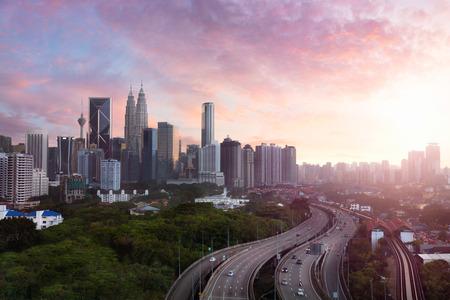 夕方には、夕日とクアラルンプール マレーシア スカイライン クアラルンプールのスカイライン 写真素材 - 59195956