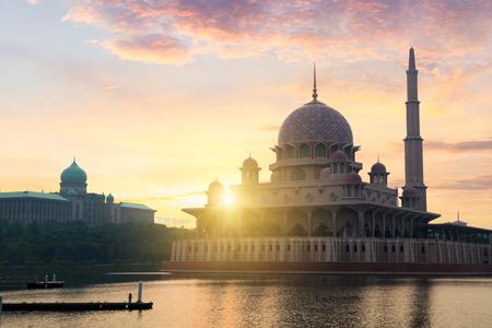 Putra mosquée pendant le lever du soleil avec la réflexion, la Malaisie Banque d'images - 60035365
