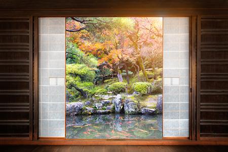 De Japanse Tuin zichtbaar door het venster Stockfoto